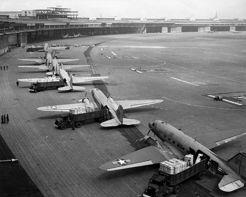 800px-C-47s_at_Tempelhof_Airport_Berlin_1948